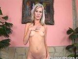 Plochá blondýna má v pičce pálku a kamarádčinu ruku - freevideo