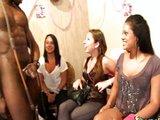 Holky si na párty pozvou vybaveného černocha - freevideo