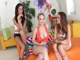 Tři nadržený teenky se podělej o jeden penis - freevideo