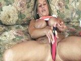 Osamělá čtyřicítka masturbuje na gauči - freevideo