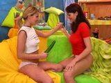 Kr�sn� �esk� lesbi�ky si hraj� se sebou a s okurkou - freevideo