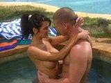 Letní sexík u bazénu s výstřikem šťavnaté pičky - freevideo