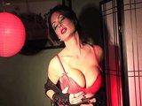 Koketa s prsy jako melouny ukájí svou vlhkou pičku - freevideo