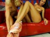 Žhavé lesbičky si hrají s masážním olejem - freevideo