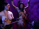 Dv� nymfy si hraj� s t�lem bezbrann� subinky - freevideo