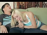 Blond kopretina nastaví obličej k pocákání - freevideo