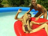 Hravé osmnáctky společně dovádějí v bazénu - freevideo