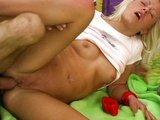 Mladá žabička je celá hladová po spermatu - freevideo