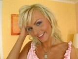 Český blond andílek dovádí s vibrátorem - freevideo