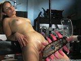 Uspokojeni lačné kundy masturbačním strojem - freevideo