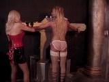 Domina připoutá svou otrokyni k pranýři a ztrestá ji - freevideo