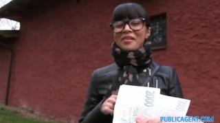 Tmavovlasá štětka se nechá vomrdat za prachy - freevideo