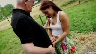 Perverzní děda vošuká teenku - freevideo
