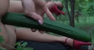 Domorodec vojede dámu, která si to právě dělá okurkou - freevideo