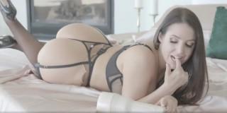 Sexy masturbující brunetka - freevideo