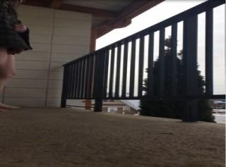 Perverzní děda honí na balkoně - freevideo
