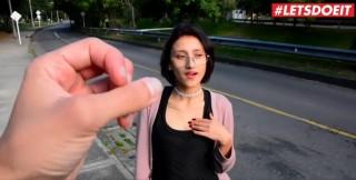 Šukání malé brunetky za peníze - freevideo