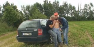 Trojka u silnice s paní od benzínky - freevideo