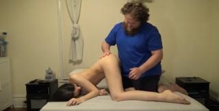 Tlustý vousáč mrdá štíhlou brunetku - freevideo