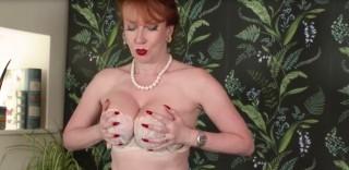Stará masturbující zrzka - freevideo