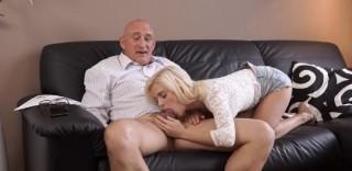 Plešatého muže si osedlá zvrhlá blondie - freevideo