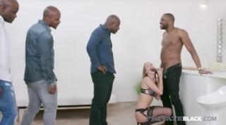 Černošský gangbang v čele s blondýnkou v podvazcích - freevideo