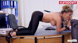 Šéf se vzruší a tak tvrdě vyjebe svou sekretářku - freevideo