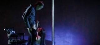 Majitel strip klubu omrdá svou tanečnici - freevideo