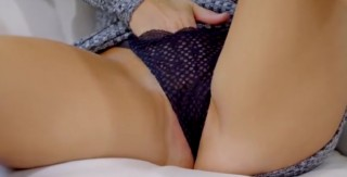 Sexy mamča si zpříjemní čtení - freevideo