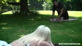 Ženatý chlap si zasouloží venku s mladou kundou - freevideo