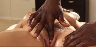 Úžasná erotická masáž od černocha - freevideo
