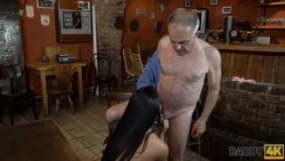 Barman v důchodu šuká zákaznici - freevideo