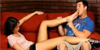 Mladá brunetka si nechá uctívat nožky - freevideo