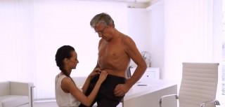 Šéf má slabost pro svou asistentku - freevideo