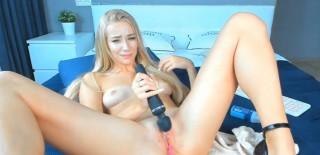 Blondýna si projede kundičku prstíkama i vibrátorem - freevideo