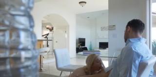 Drobná blondýnka roztáhne nohy - freevideo
