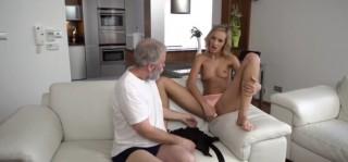 Úchylná blondýna svede dědu, zatímco manžel není doma - freevideo