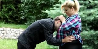 Tlusťoška ho porochní ve svých kozách a pak mu zasedne obličej - freevideo