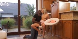 Blond pornoherečka miluje černé klacky - freevideo