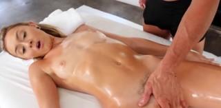 Olejová masáž zakončená vycákáním mušličky - freevideo