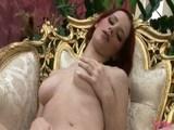 Prsatá zrzka masturbuje v křesle - freevideo