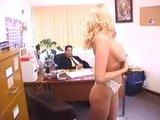 Bloncka a úředník mrdají v jeho kanclu - freevideo