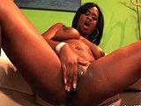Masturbující černoška se stříkající kundičkou - freevideo