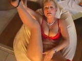 Blonďatá babka si mastí kundu - freevideo