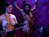 Dvě nymfy si hrají s tělem bezbranné subinky - freevideo