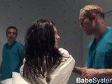 Dozorci si užijí s nymfomankou v blázinci - freevideo
