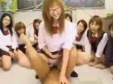 Celá třída kundiček si zajezdí na učiteli - freevideo