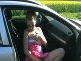 Blondýnka v růžovém ojebaná v autě - freevideo